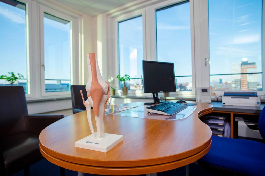 Ein Behandlungszimmer mit Blick auf die Kieler Förde bei Mare Med