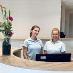Zwei Mitarbeiterinnen am Empfang von Mare Med Plön schauen freundlich in die Kamera